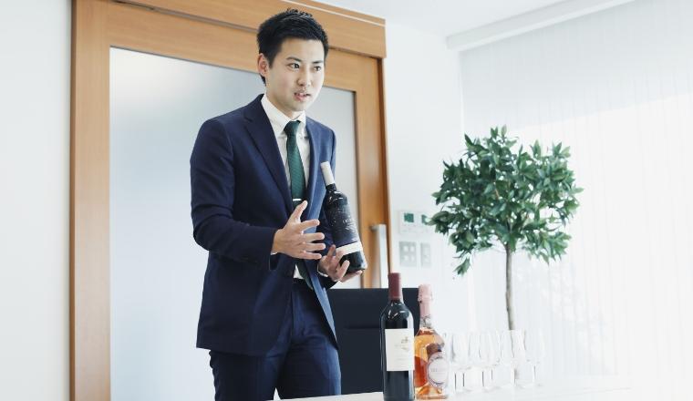 業務用酒販店にて商談。提案用のワインは常に5~6本ほど持ち歩く。