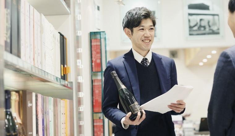 本社併設ショップで、海外拠点から相談のあったワインサンプルを確認。